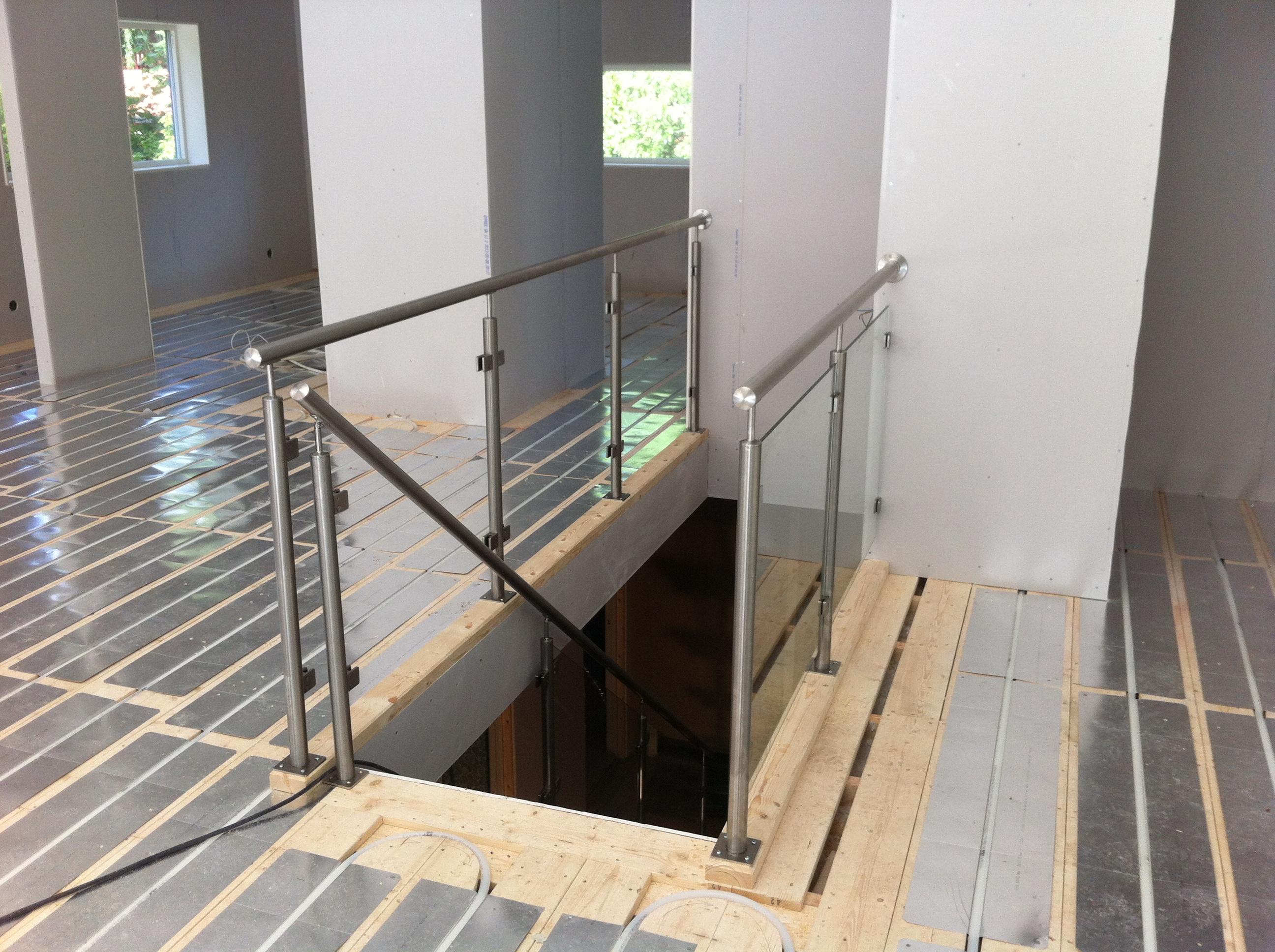Avslutad, singel balk trappa, rostfria räcken med glas sektioner ...