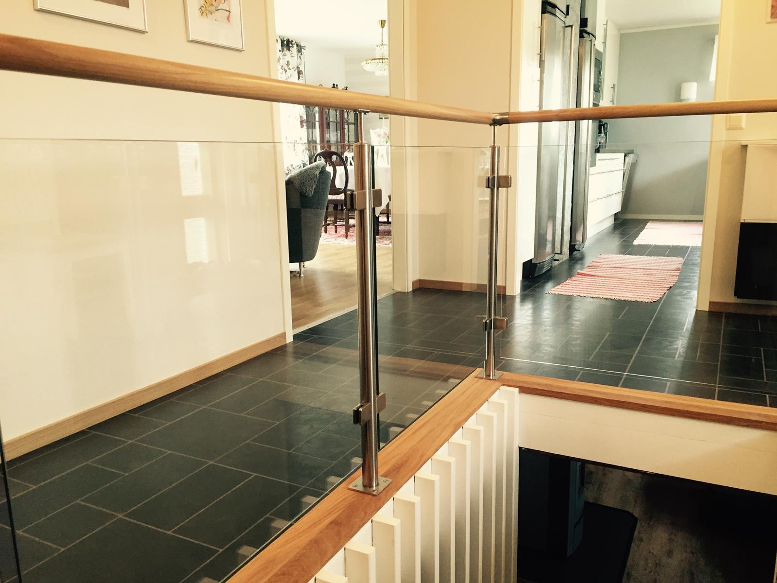 Avslutad, rostfritt trappräcke med ek handledare och glas ...