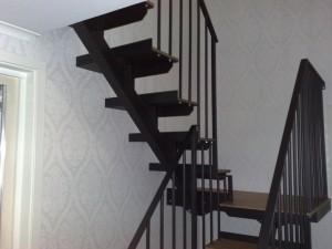 En balksTrappa med smidesräcke, härligt varierande med metall och trä. Lev Vällersten