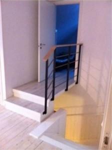 AVSLUTAD. Stiligt trappräcke till bro övergång inomhus