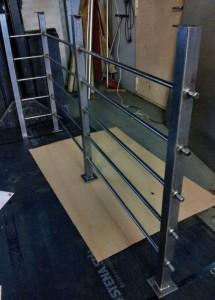 AVSLUTAD, Trendigt trappräcke med fyrkants stolpar och vågräta rundstavar. Lev Vaggeryd
