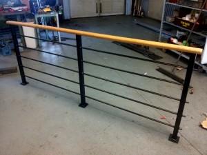 AVSLUTAD, Trendigt trappräcke med fyrkants stolpar och vågräta 15mm stavar