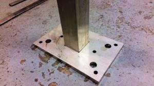 Stolpfot med juster skruv och 2 hål för ha möjlighet att undergjuta med ankarmassa eller liknande-
