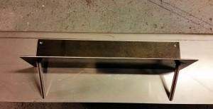 AVSLUTAD. Handuks hängare och badrumshylla i Cortenplåt och rostfritt