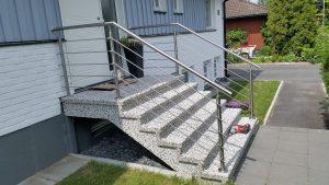 AVSLUTAD, Entre trapp räcke i rostfritt med vågräta stavar. Lev Värnamo