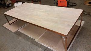 AVSLUTAD. Vardagsrums bord med smides benställning i rostad model och vit färgad EK skiva.