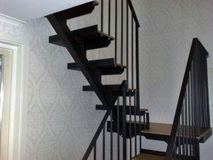 AVSLUTAD.  Smides trappa och räcke i special utförande