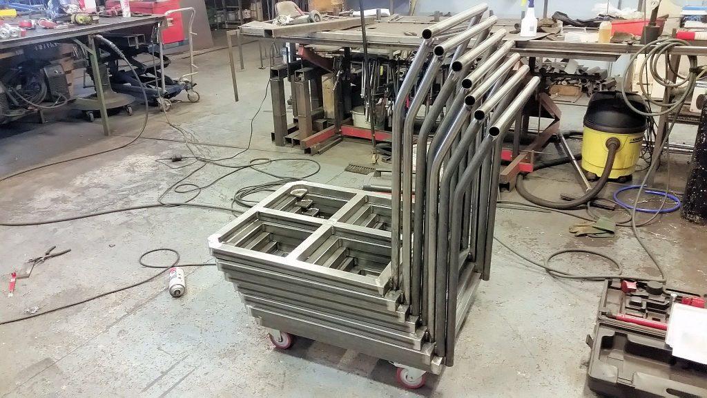 Höj/sänk och tiltbart arbetsbord,  ett antal rullvagnar för kabelrullar.