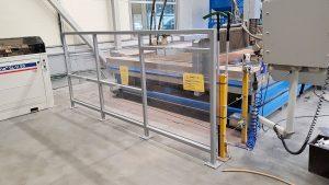 Skyddsvägg för kylvatten och upphängare för 2 stora glas sugmaskiner.