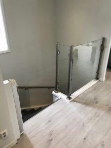 Rostfria handledare och trappräcke med glasparti utan handledare.