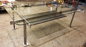 Glasbord med kalldraget plattjärn som benställning