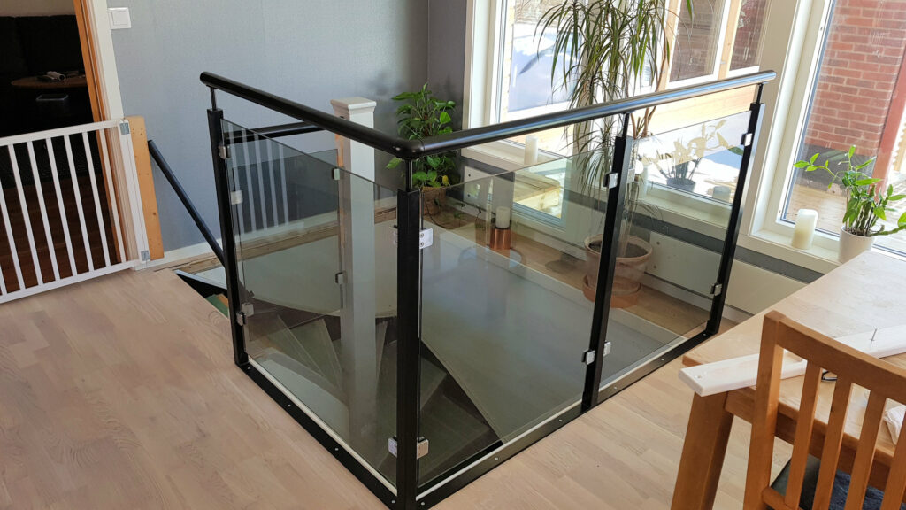 Trappräcke med glas sektioner i svartstål
