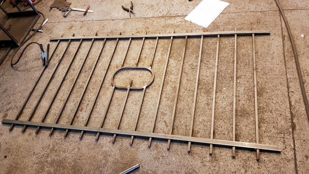 Balkongräcke i smide, samma stil som tomtstaketet.